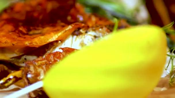 Smažené krabí na desku s bylinkami, citron, pepř. Restaurace jídlo