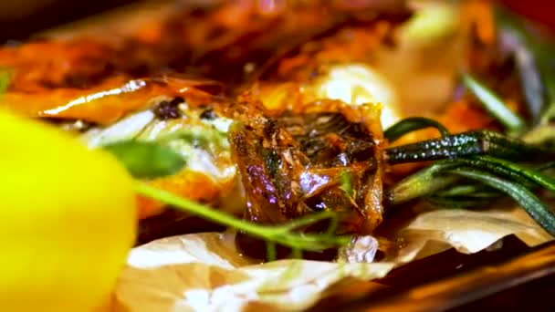 Smažené krabí. Světlo třpytí v kapičky másla na misku pražených kraba. Restaurace jídlo