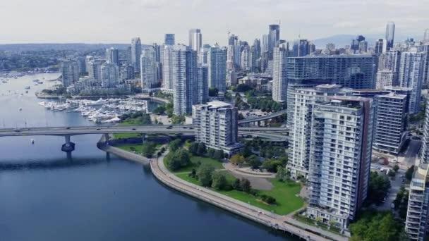 Letecký pohled na centrum Vancouveru, výměna jetelových lístků za slunečného dne