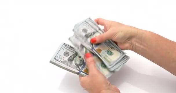 Frau zählt amerikanische Dollars auf weißem Hintergrund