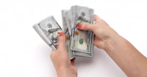 Ženy ruce počítat dolary na bílém pozadí