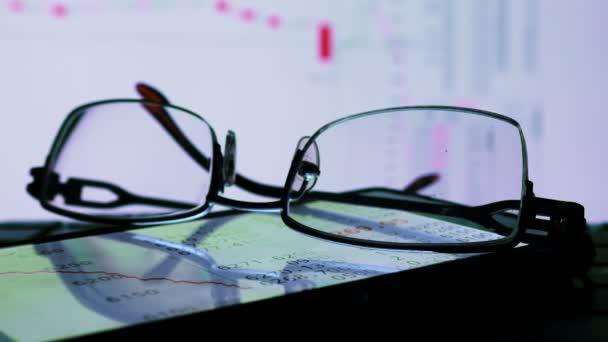 Online burze obchodní data na monitoru a brýle