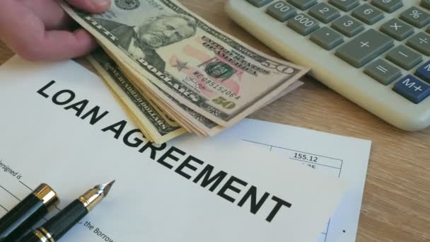Úvěrové smlouvy formuláře. Muž dát peníze na kancelářský stůl