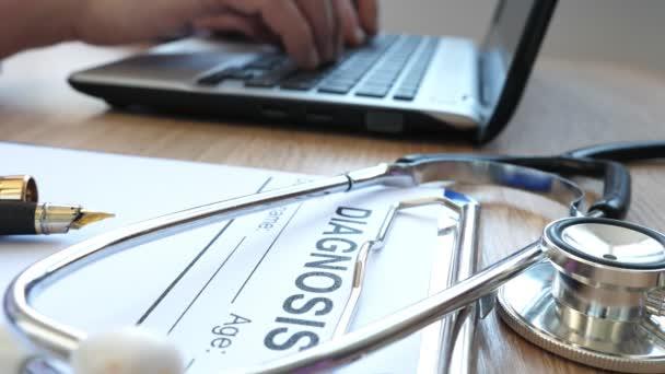 telemedizinisches Konzept. Arzt arbeitet mit Laptop und Diagnoseformular in einer Front.