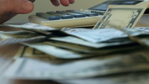 Ruční psaní na kalkulačku a dolar bankovky. Koncept úspory a domácí finance