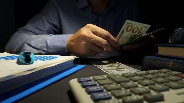 Podnikatel počítat peníze v kanceláři. Půjčky koncept.