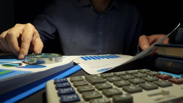 Könyvvizsgáló nagyító segítségével az üzleti jelentés ellenőrzése. Pénzügyi ellenőrzési.