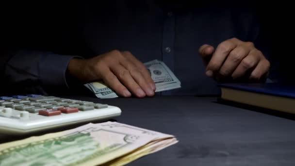 Muž nabízí peníze v kanceláři. Osobní půjčka