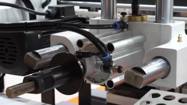 Automatische industrielle Maschine in Betrieb. Automatische Linie in Betrieb. Close-up.