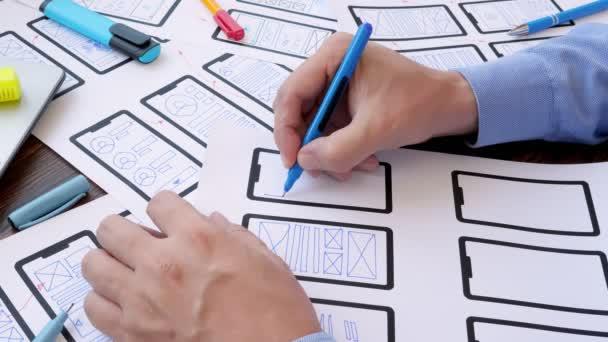 Der Designer zeichnet die Weboberfläche der neuen Webanwendung für das Smartphone.