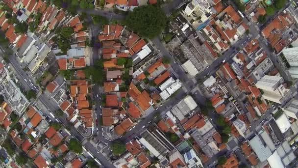 Letecký snímek létání nad předměstí a výškové bytové domy