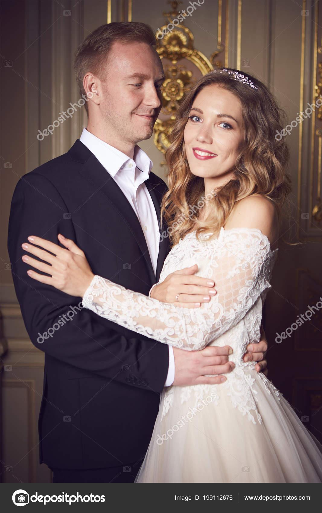 Casal De Noivos Dentro De Casa Está Abraçando Uns Aos Outros