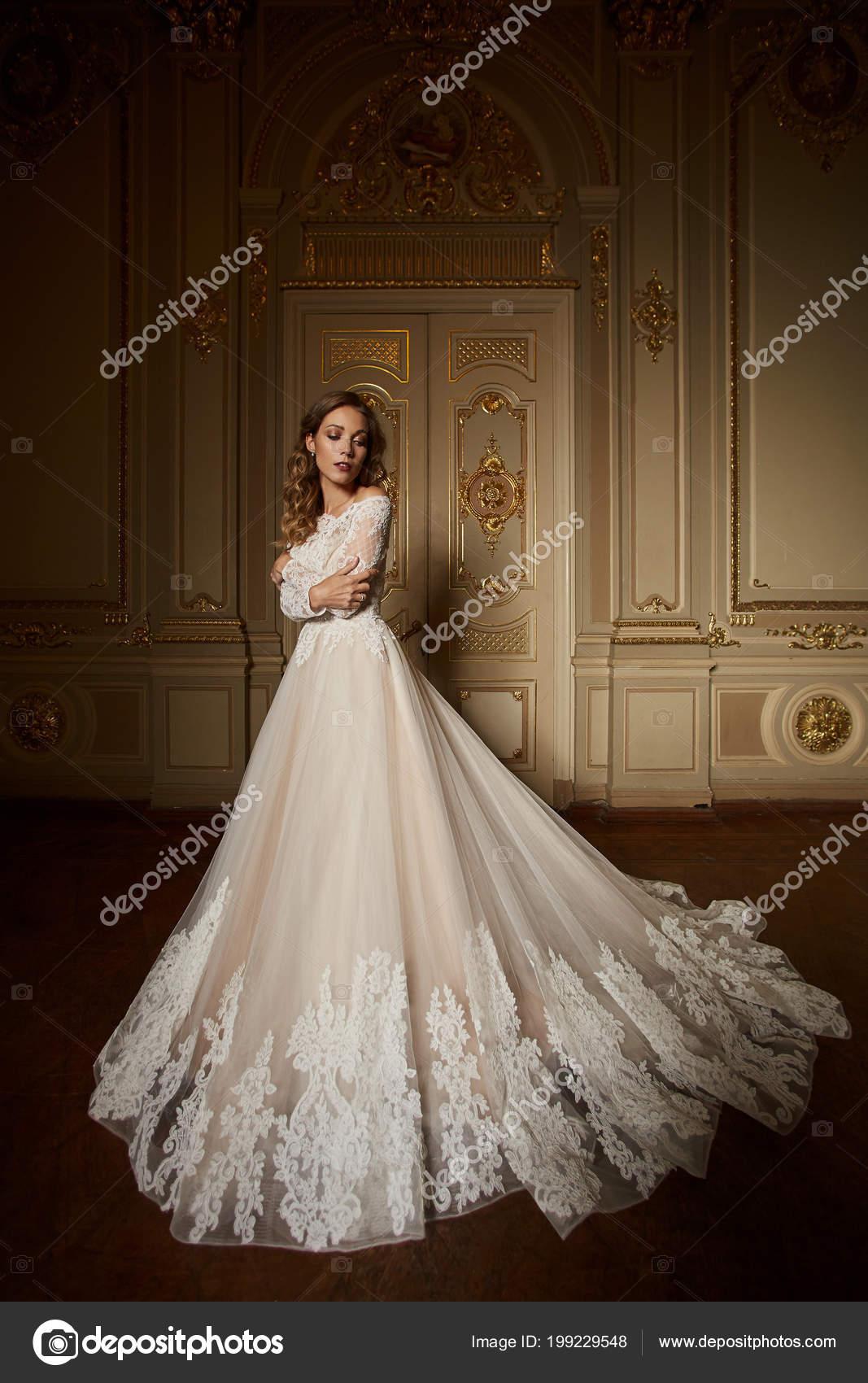 super popular 5f444 d4c25 Moda ritratto di bella donna in vestito elegante lungo ...