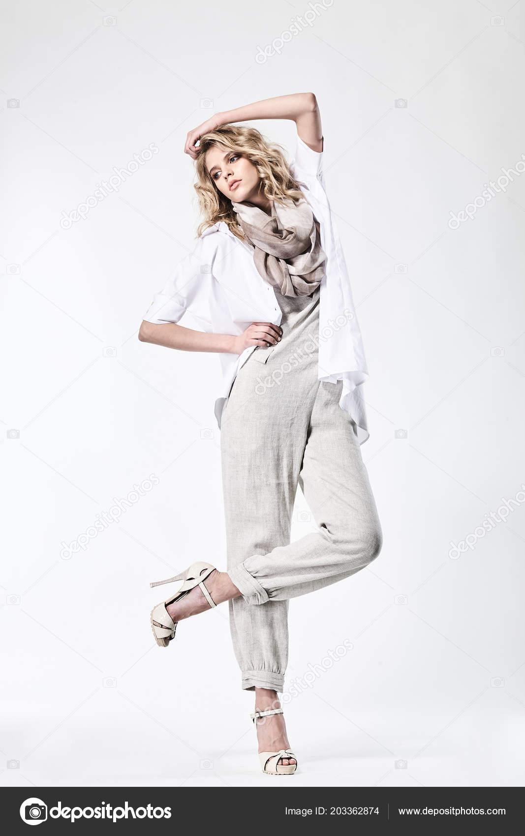 b091c9592447 Retrato de una modelo hermosa chica en ropa en un fondo blanco ...
