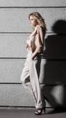 Utcai divat fogalmát: teljes test séta a városban, a gyönyörű fiatal nő portréja. Modell nézett félre. Női divat, a szépség és a reklám fogalma. Közelről. Hely, a szöveg másolása