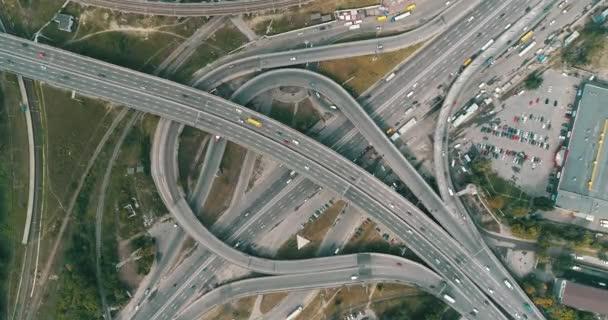 Letecký pohled na dálnici a nadjezdu v městě
