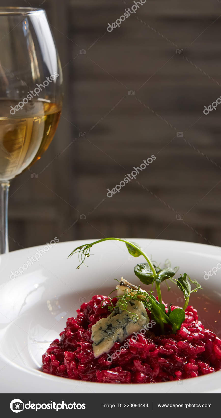 Rote Bete Risotto Mit Blauschimmelkäse Auf Einem Weißen Teller