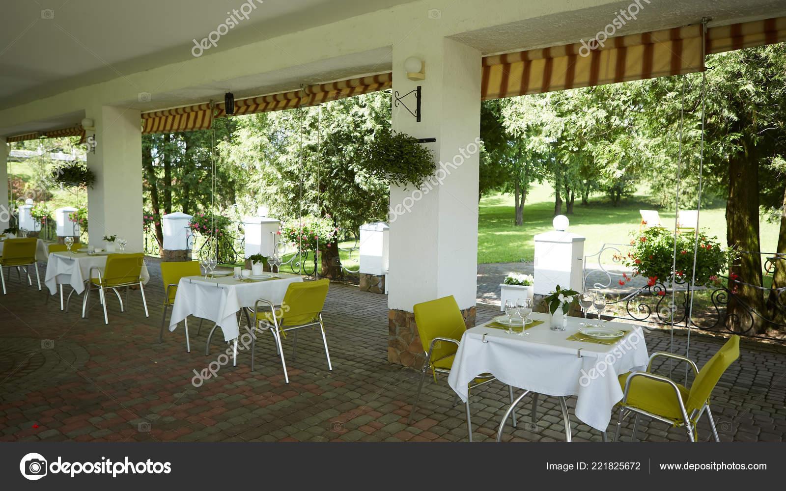 Terraza Café De Verano Con Mesas Y Sillas Para Las Personas