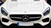 Kyjev, Ukrajina – 4. října 2016: Mercedes Benz zkušenosti star. Zajímavá série testovací jízdy. Mercedes Benz logo