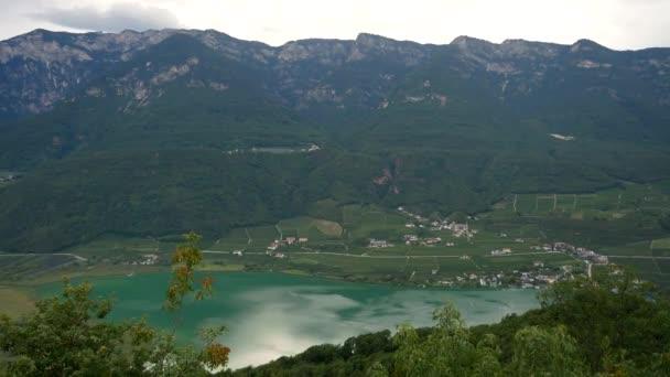 Gyönyörű táj tiszta Caldaro-tó körül hegyek Olaszországban.Statikus széles lövés.