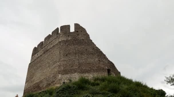 Historický starý hrad Leuchtenburg poblíž jezera Kalterer v Itálii během oblačného dne. Bottum up wide shot.