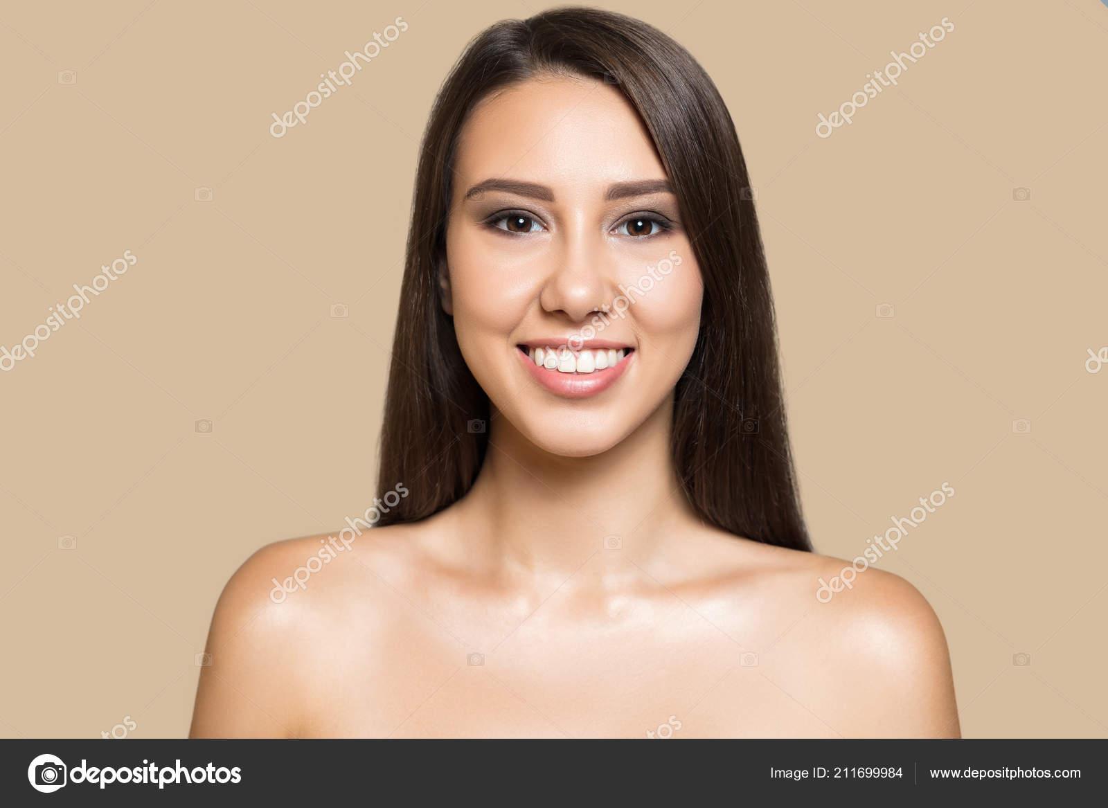 Porträt Von Hübsches Junges Mädchen Mit Langen Dunklen Haaren Und —  Stockfoto fb2f4c0fd9