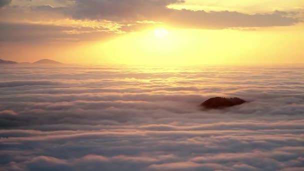 Cinematic 8K 7680x4320.Időeltolódás a magas hegycsúcsról.Háttér felhők hitelek kiváló végső mennyország nagy magasságban fenséges csodálatos naplemente naplemente a végén tenger felhők felett misztikus végtelen szabadság a végén befejezni természet gyönyörű.