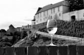 Sklenice vína s budovou v pozadí