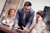 Projektový manažer tým o nové nápady v moderní kanceláři