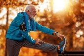 Senior-Läufer in der Natur.Attraktiver Senior-Mann joggt im Park.