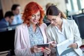 Unternehmerinnen mit einem Treffen im Büro und digital-Tablette.