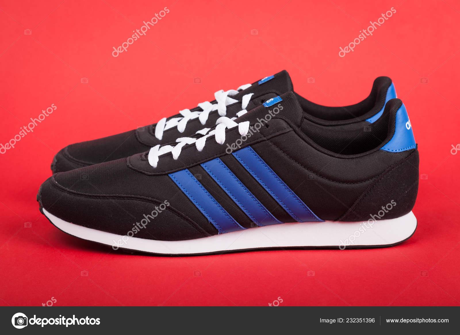 Warna Bułgaria Lipca 2018 Buty Sportowe Adidas Racer Czerwonym Tle ... 1df9a03611