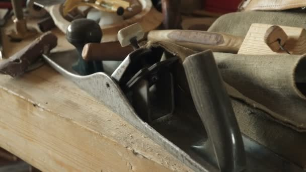 zručný řemeslník pracující v dílně