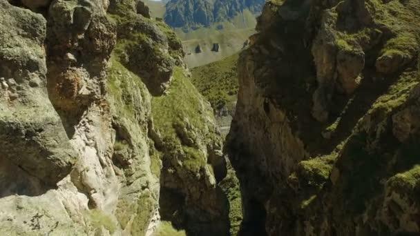 Antenna tájkép Nézd át a mély kanyon a Kaukázus Elbrusz - Európa legmagasabb csúcsa közelében a folyó.