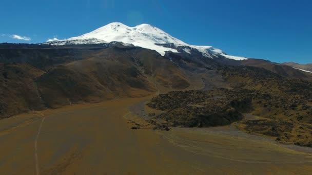 Letecká krajiny pohled na Kavkazu blízko poblíž mount Elbrus - nejvyšší vrchol v Evropě