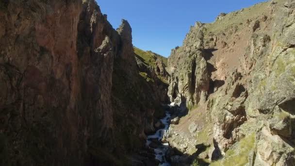 Letecký krajina zobrazit řeka, která teče přes hluboký kaňon kavkazských hor poblíž mount Elbrus - nejvyšší vrchol v Evropě