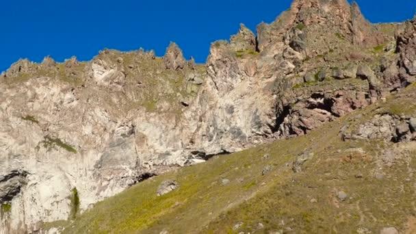 Krásná krajina pohled velkého vodopádu na Kavkazu blízko mount Elbrus - nejvyšší vrchol v Evropě