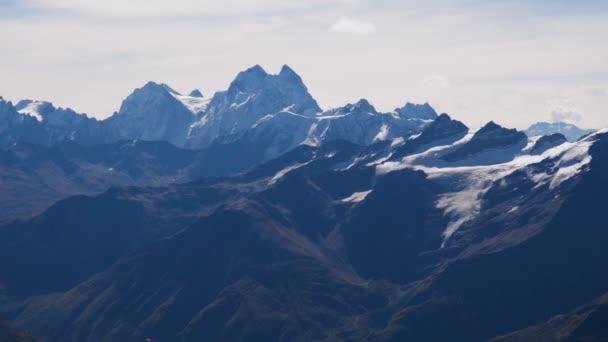 Krásná krajina pohled sníh Kavkazu blízko mount Elbrus - nejvyšší horu v Evropě