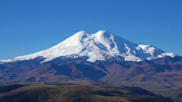 Krásná krajina pohled na kavkazský Elbrus - nejvyšší hora v Evropě. Kavkazu v době podzimní sezóny