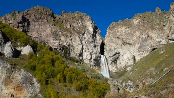 Krásná krajina pohled velkého vodopádu na Kavkazu blízko mount Elbrus - nejvyšší vrchol v Evropě.