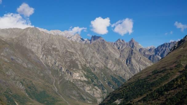 Mraky táhnou nad horami v Ushtulu kaňonu na Kavkazu blízko mount Elbrus - nejvyšší hora v Evropě.
