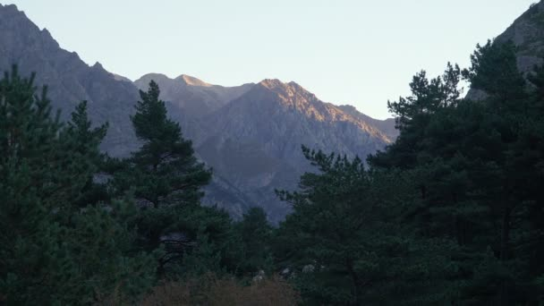 Východ slunce v Ushtulu kaňonu na Kavkazu blízko mount Elbrus - nejvyšší horu v Evropě.