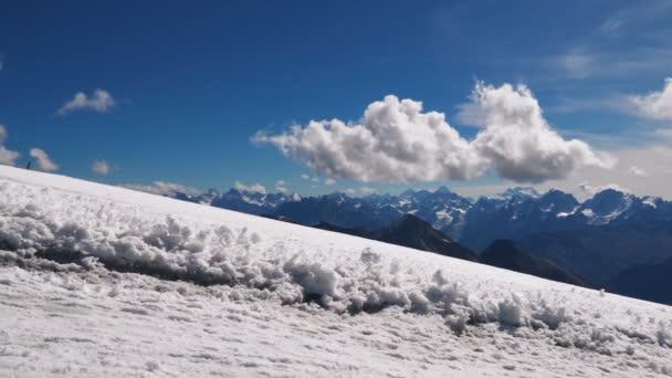 Krásná krajina pohled sníh vrcholky Kavkazu blízko mount Elbrus - nejvyšší horu v Evropě