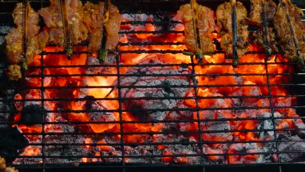 Hagyományos utcai élelmiszer-Thaiföld. Főzés kis darab húst a grill éjjel streetfood vásár