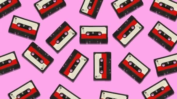 Vintage zene Hangkazetták kígyózik és forgassa a színes háttér. Absztrakt grafikák trendi színekben és stílusosan. Zökkenőmentes hurkolás animáció.