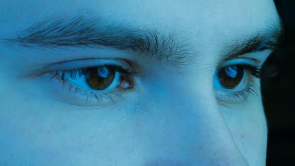 Zavřít makro kopie mužské lidské hnědé oči nemrkají. Stylizované modré chladné odstínu barvy.