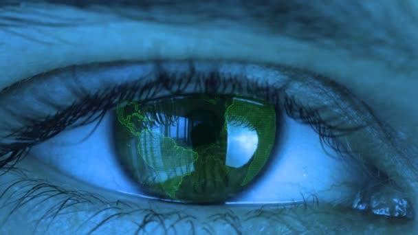 nah am menschlichen Auge mit futuristischem Sehsystem. digitaler rotierender Globus im Auge des Menschen. Konzept der Vision und Kontrolle und des Schutzes.