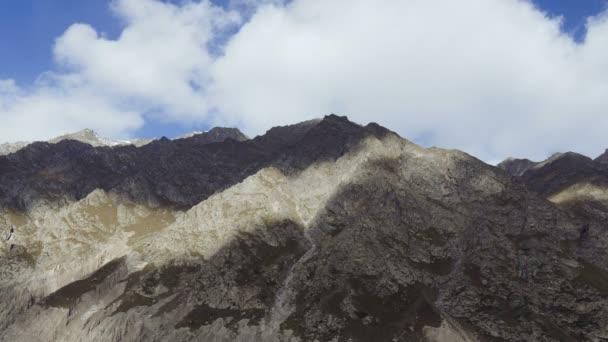 Krásný výhled na krajinu Kavkazu u hory Elbrus - nejvyšší vrchol v Evropě.