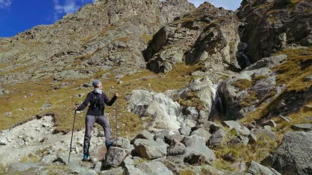 Mozi - Túrázó nő sétál a kanyon szélén. Élvezi a természet nyaralás utazás kaland Kaukázus hegyek.