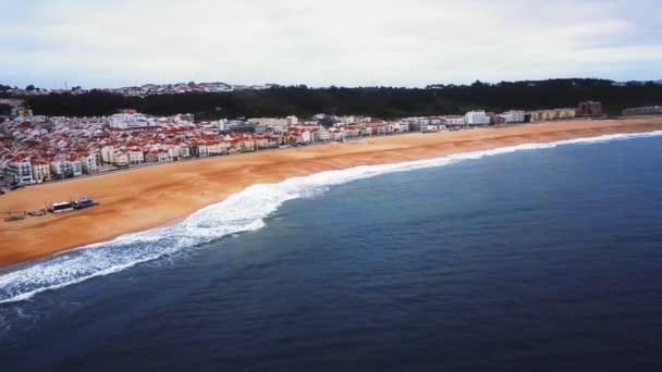 Pohled Nacistická pláž riviéra na pobřeží Atlantského oceánu. Kultovní místo, Mekka surfování na velkých vlnách. Letecký pohled na staré město a promenádu